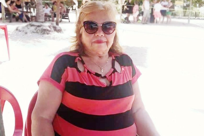 Foto de Francisca na praia sentada