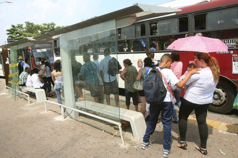 Pessoas no ponto de ônibus em São Paulo